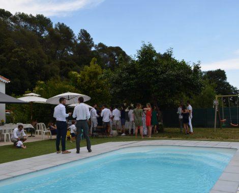 piscine avec un groupe de personne